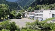 途中に自然に囲まれた玉川小学校!